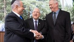Israeli Prime Minister Benjamin Netanyahu (L), Israeli President Reuven Rivlin (C) and Benny Gantz, former Israeli Army Chief of Staff and chairman of the Blue and White Israeli centrist political alliance (R) join hands