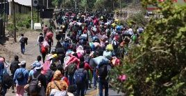 Varios grupos se lanzaron a las autopistas para intentar llegar a pie hasta sus lugares de origen.
