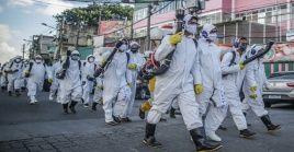 Funcionarios brasileños realizan labores de desinfección contra el coronavirus en la ciudad de Rio de Janeiro.