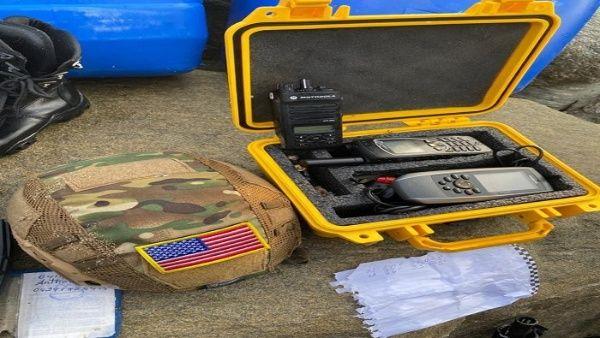 Dentro del arsenal militar encontrado al grupo armado se encontraban teléfonos satelitales y un casco con la bandera estadounidense.