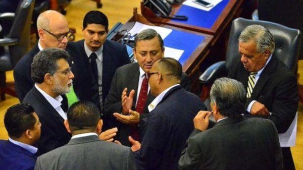 El Salvador aprueba polémica ley de confinamiento