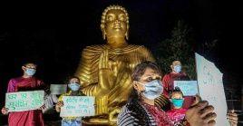 Budistas toman medidas para celebrar el Día de Vesak en medio de la pandemia del coronavirus.