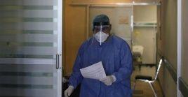 La Organización Mundial de la Salud ha recalcado la necesidad de proteger especialmente a los médicos y personal sanitario.