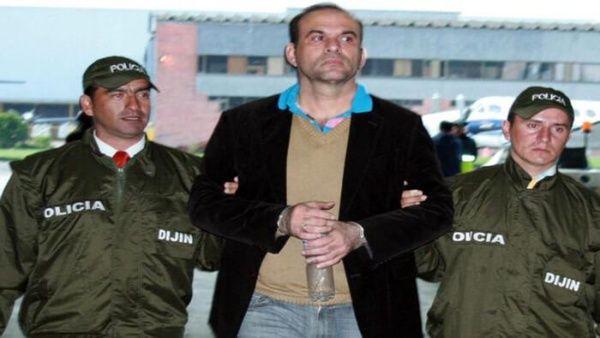 Salvatore Mancuso fue extraditado en 2008 señalado de continuar delinquiendo tras desmovilizarse.
