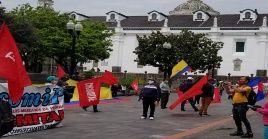 Ciudadanos ecuatorianos protestaron este jueves en Quito y denunciaron recientes medidas económicas del Gobierno.