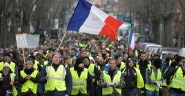 A dos meses del confinamientos, los chalecos amarillos salen a las calles de París tras dos meses de confinamiento.