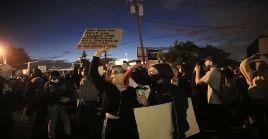 A pesar del toque de queda en Mineápolis, cientos de manifestantes salieron a las calles pdidiendo justicia por el asesinato de George Floyd.