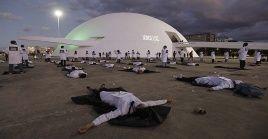 Personal de salud brasileño protestas en Brasilia por la cantidad de fallecidos por la Covid-19.