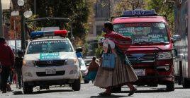 Una mujer cruza una calle este lunes en La Paz, Bolivia, en el marco de la flexibilización del confinamiento social.