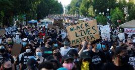 En varias partes de Washington, las personas han pegado en varios lugares fotografías de afroamericanos asesinados por la policial estadounidense.