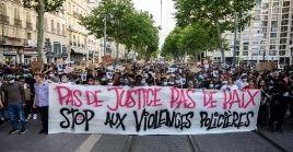 Decenas de miles de franceses condenaron durante los últimos días la violencia policial y el racismo, también presentes en los agentes de su país.