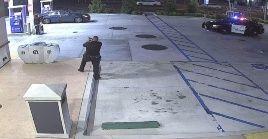 Imágenes del incidente muestran tanto al oficial como al sospechoso apuntando sus armas.