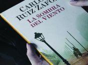 La sombra del viento es una novela ambientada en la ciudad de Barcelona, integrada por relatosquetranscurren desde la Revolución industrial hasta la posguerra civil española.