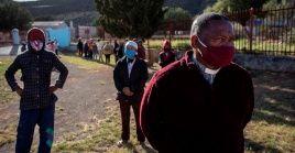 Debido a la cuarentena social, el reverendo Booysen, de Sudáfrica, comparte sus sermones a través de WhatsApp con su congregación de 800 miembros.