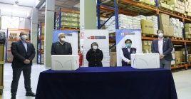 Las 100.000 pruebas que detectan la Covid-19 fueron recibidas por la viceministra de Salud peruana Nancy Zerpa