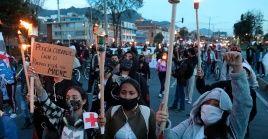 """Los colombianos efectuaron la """"marcha de las antorchas"""" en rechazo a los abusos cometidos por el Estado."""