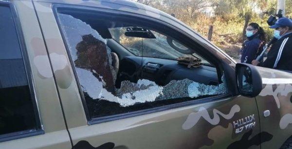 Daños contra un auto oficial, luego que los lugareños de Kala Kala en Cochabamba se defendieron de la represión policial.