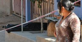 El cuerpo de un hombre, que al parecer murió por la Covid-19, permaneció durante horas abandonado en una calle en Cochabamba (Bolivia).