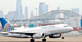 La compañía aérea recortó el gasto de capital en 2.500 millones de dólares y presionó a miles de empleados para que tomaran vacaciones sin sueldo.