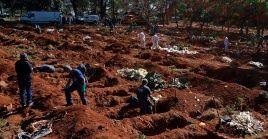 Trabajadores entierran a víctimas de la Covid-19 en el cementerio de Vila Formosa, en Sao Paulo (Brasil).