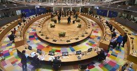 La cumbre de los lideres de la UE comenzó el viernes, pero las profundas diferencias entre los 27 mandatarios forzaron las conversaciones hasta este martes.