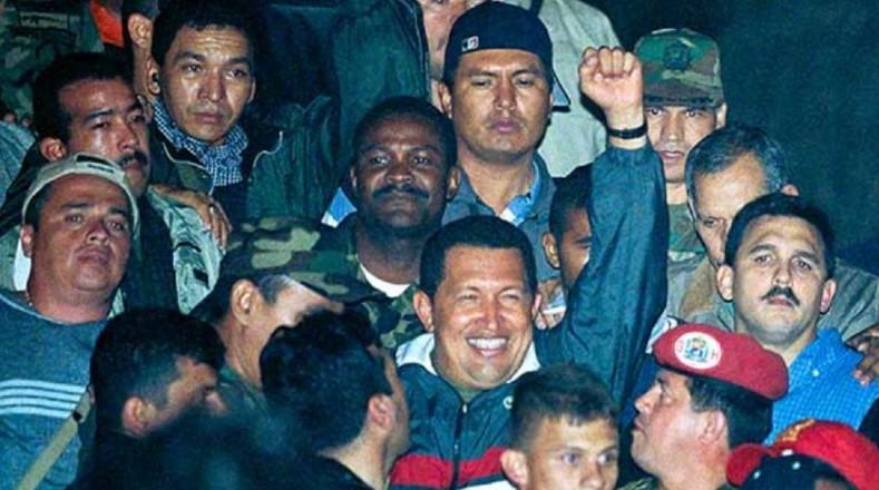 Tras el golpe de Estado de 2002 el pueblo exigió la restitución de la democracia en el país y Chávez regresa a Miraflores con una ovación.