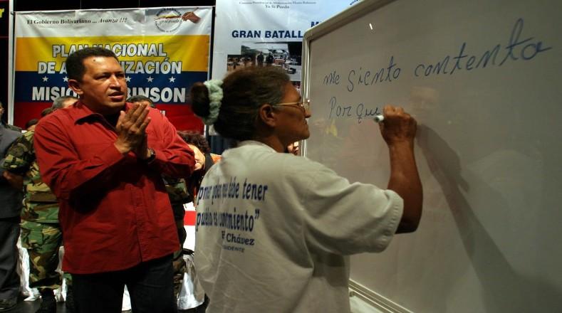Alfabetizar al pueblo fue uno de los objetivos de la Misión Robinson, que surgió según el propio Chávez como respuesta a la ofensiva imperialista y el golpe de Estado de 2002.