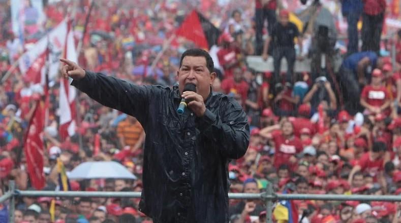 El cierre de su última campaña electoral, bajo la lluvia, mostró un poder de convocatoria que reivindicaba la fuerza de Chávez a pesar de las agresiones de las oligarquías.