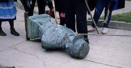 El busto del genocida Saavedra fue arrastrado por la comuna de Lumaco y lanzada aun rió cercano.