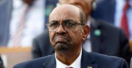 Omar al-Bashir fue encarcelado desde que lo destituyeron de su cargo en 2019, sus abogados han intentado que le sea concedido arresto domiciliario.