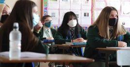 Las autoridades educacionales de Escocia emitieron regulaciones para que se utilicen mascarillas en las escuelas y se prevengan contagios.