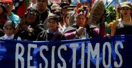 Representantes mapuches a las afueras de la prisión de Lebu denunciaron que en el centro asistencial no existen condiciones para tratar adecuadamente a los huelguistas.