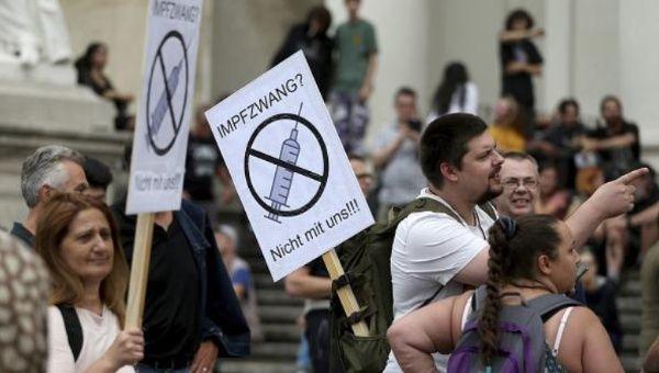 El movimiento negacionista de la Covid-19 se ha extendido por varios países de Europa. Sus partidarios desmienten la necesidad de protegerse mediante acciones sanitarias y de aislamiento social. En la imagen, protestas en Viena, Austria.