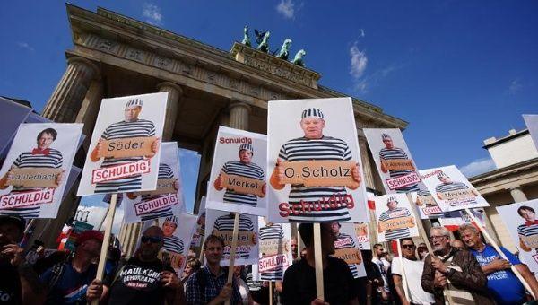 """El movimiento ha convocado a tal número de personas, que el propio director general de la OMS, doctor Tedros Adhanom Ghebreyesus, se dirigió a ellos este lunes para recalcarles que """"el virus es real, y mata"""". En la imagen, protestas en la Puerta de Brandeburgo, Berlín, Alemania."""