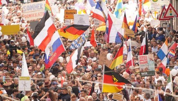 """El director general de la OMS también insistió a los Gobiernos para que entablen un """"diálogo franco y abierto"""" con los manifestantes, a fin de sumarlos a las medidas anti pandemia, por el peligro que representa. En la imagen, manifestación en las calles de Berlín, Alemania."""