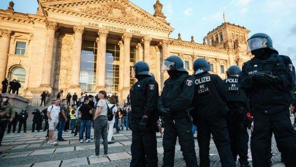 Incluso, negacionistas de extrema derecha realizaron un amago de asalto al Reichtag (edificio del Gobierno en Berlín), lo cual preocupó a las autoridades alemanas. En la imagen, policías alemanes movilizados en el lugar tras el suceso.