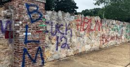 Estos grafitis se suman a los movimientos socialesque tienen lugar en EE.UU. contra las políticasofensivas del Gobierno de Trump, el racismo, la crisis sanitaria, la violencia policial hacia los afroamericanos y otros problemas que presenta la nación.