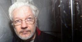 Los cargos contra Assange incluyen conspiración informática y acusaciones por reclutamiento de hackers.
