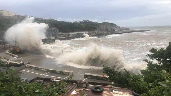 El servicio meteorológico de Japón estima que Haishen podría convertirse en uno de los peores tifones en afectar al archipiélago en décadas.