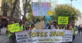 Los chalecos amarillos salen a las calles de París y otras regiones para exigir mayor justicia social y un referéndum de iniciativa ciudadana.