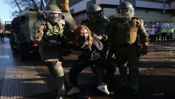 Carabineros hizo uso de la fuerza para dispersar a los manifestantes y arrestar a otros, aunque la mayoría de las protestas fueron pacíficas.