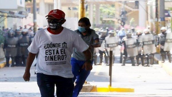 Miembros de seguridad lanzaron gases lacrimógenos contra los manifestantes.