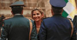 Analistas aseguran que la presidenta de facto pudo haber negociado un acuerdo con Carlos Mesa, para que no se le sancione por los crímenes de lesa humanidad.