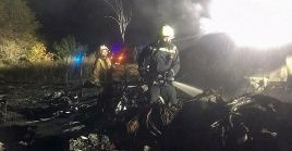 En el área del accidente los bomberos realizan acciones de rescate de cuatro personas que se encuentran desaparecidas.