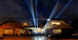 """La intervención lumínica se efectuó enla Región Metropolitana,Tarapacá, Valparaíso, Araucanía, yotros lugares del país, bajo el llamado a """"iluminar Chile""""."""