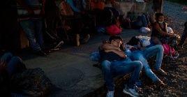Migrantes hondureños descansan sobre la carretera al Atlántico en Morales Izabal en Morales (Guatemala).