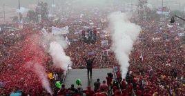 A pesar de la torrencial lluviamiles de hombres, mujeres y niños acompañaron a Hugo Chávez en el cierre de la campaña electoral de 2012.