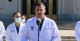 El médico del presidente Donald Trump anuncia que el mandatario está de buen humor, sin fiebre y que respira bien mientras recibe tratamiento por la Covid-19.