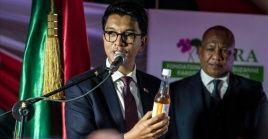 El presidente de Madagascar, Andry Rajoelina, mostrando el que alega es un medicamento efectivo contra el coronavirus desarrollado en su país.