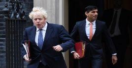 Boris Johnson es acusado de aplicar tardíamente restricciones necesarias para contener la Covid-19.